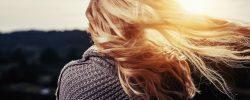 Jak vyrobit domácí masku na vlasy poškozené sluncem